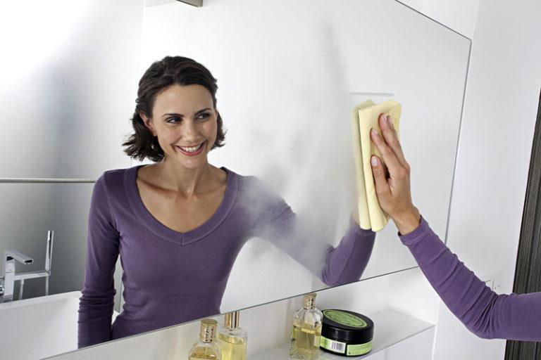 Как вытирать зеркало без разводов