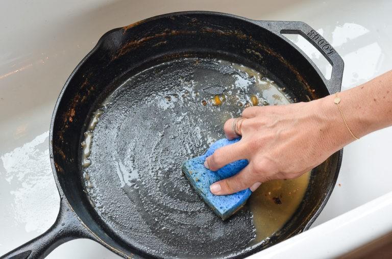Как и чем отмыть кастрюлю от застарелого жира