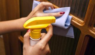 Чем помыть деревянные двери от жирных пятен и чем отчистить краску с дверей