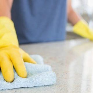 В течение всего дня с определенной периодичностью персонал больницы проводит влажную уборку
