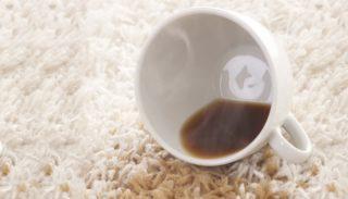 Застаревшее пятно от кофе на ковре эффективнее всего выведут в химчистке