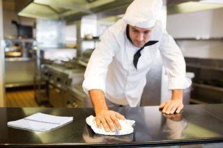 Промежуточную уборку на кухне осуществляют повара